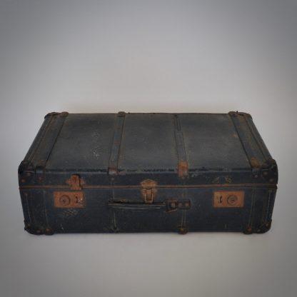 Vintage zwarte koffer met roestige elementen