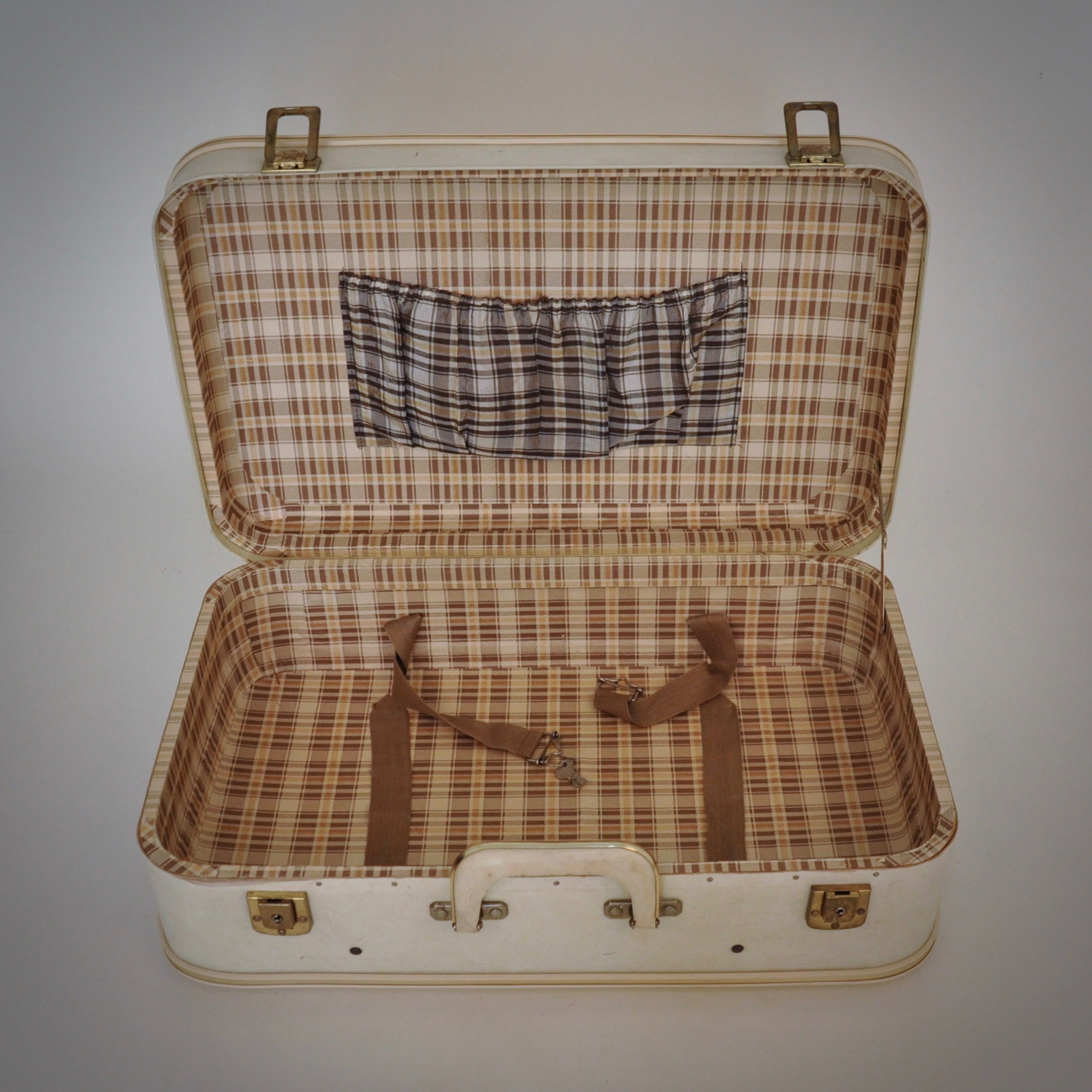 Brocante witte dameskoffer of vintage reiskoffer met gouden elementen