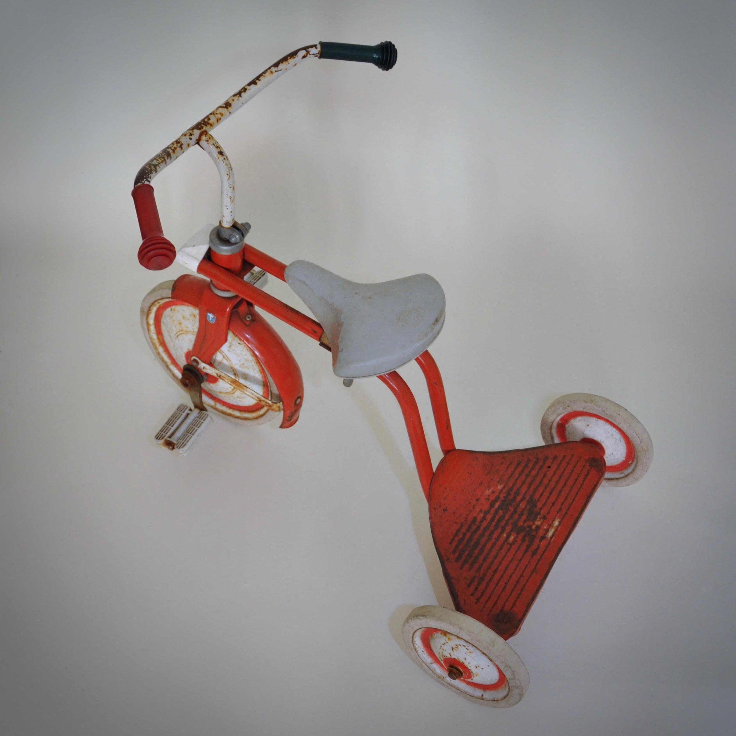rood wit driewieler vintage van roestig en robuust metaal