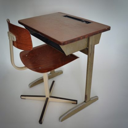 Vintage schoolset met stoel en bureau voor kinderen.