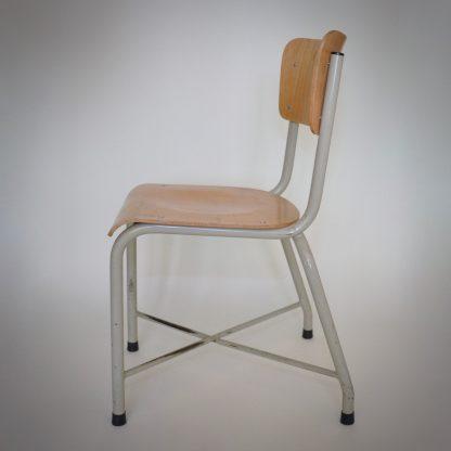 Industirele stoelen set van vier. Metaal en hout in lichte kleuren. Stoer en robuust voor aan de eettafel.