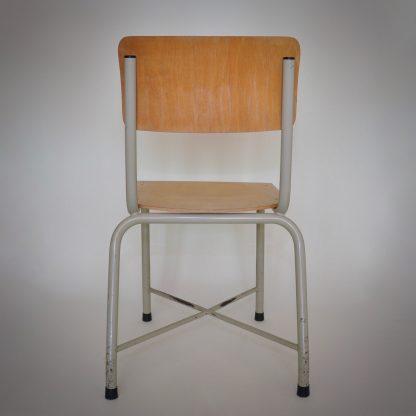 lichte set industriële stoelen. Erg bijzonder vanwege de lichtvoetige uitstraling en toch zeer robuust en stoer. Stevig ontwerp, lichte kleuren. Bijzondere combinatie..