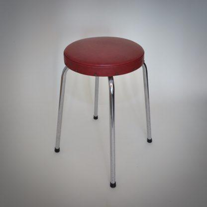 retro kruk in vintage conditie. Iconische rode kleur van de jaren 50 en 60