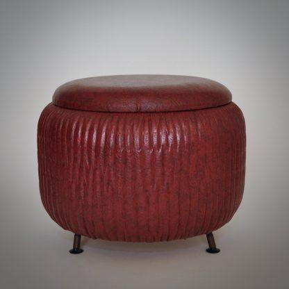 Geplooide naaipoef met diameter van 40 centimeter. Retro jaren 50 jaren 60 stijl in rood skai uitvoering