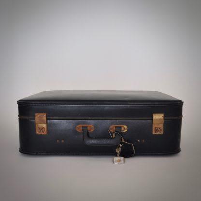 vintage zwarte reiskoffer met roestige details