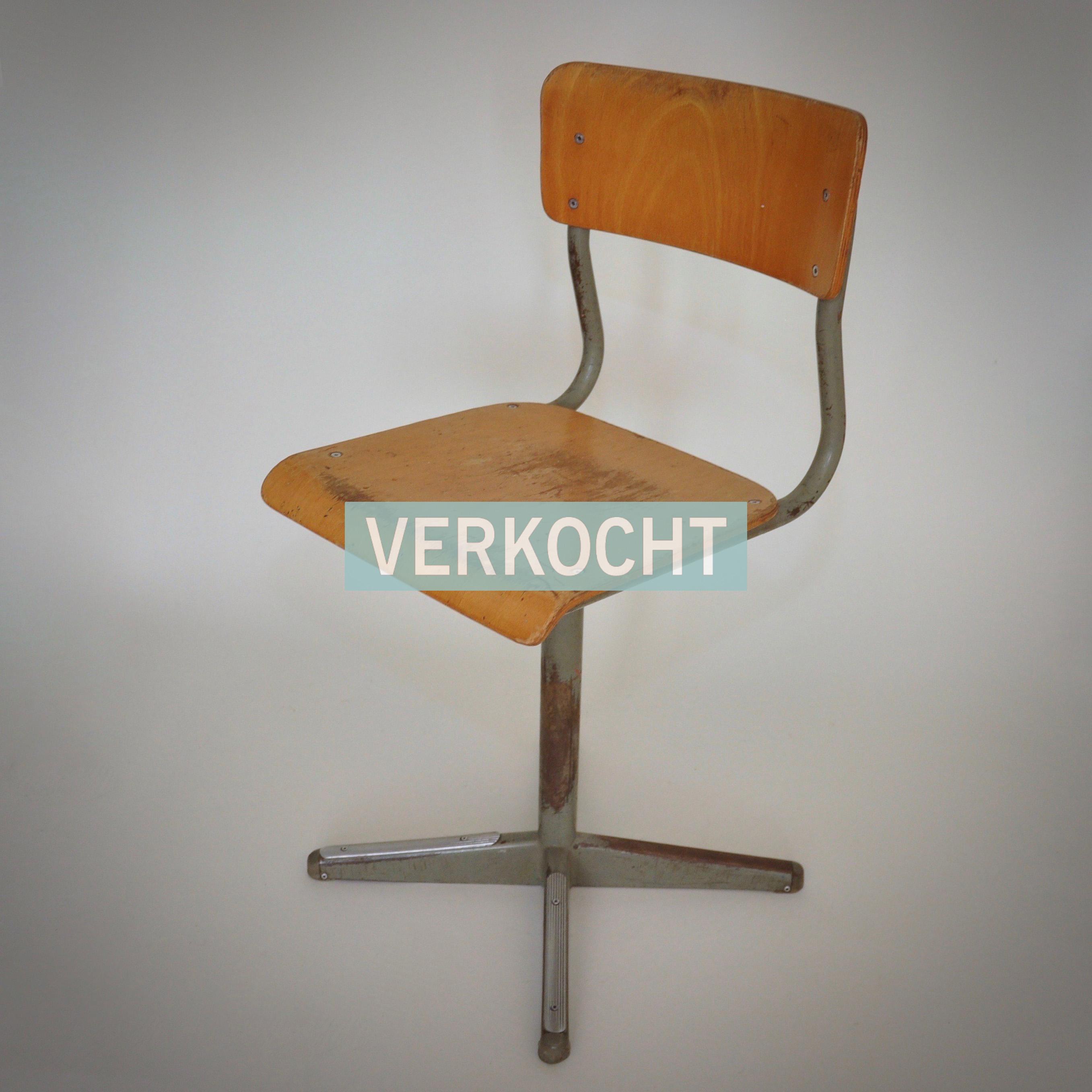 stoere industriële schoolstoel houten zitting metalen staander met vier poten