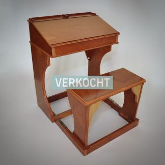 vintage lessenaar van hout met inklapbaar bankje voor jonge kinderen