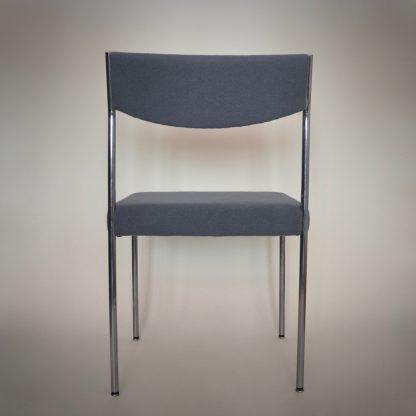 Vintage design stoel met aluminium poten en grijs blauw van kleur
