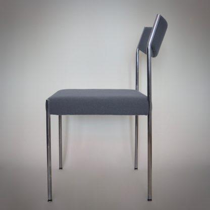 Vintage design eetkamerstoel met stoffering in grijs blauw en metallic poten