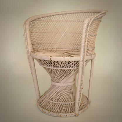 Jaren 70 iconische stoel van riet in wit roze uitvoering met bijbehorend kussen.