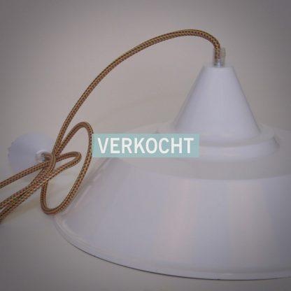 Witte icecream hanglamp met discoid stofsnoer.