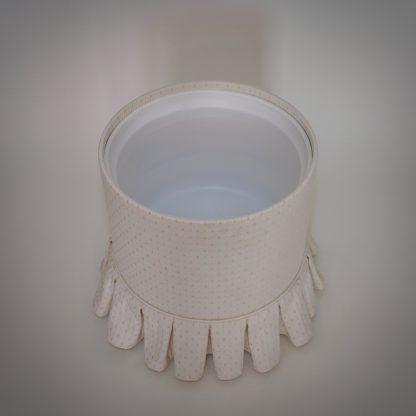 Naaipoef van een boudoir set in het wit