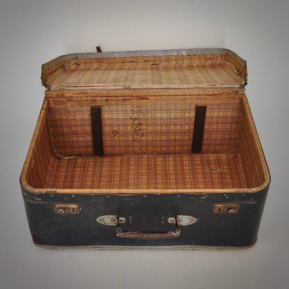 Vintage reiskoffer met een lange levensreis achter de rug zoekt rustplaats