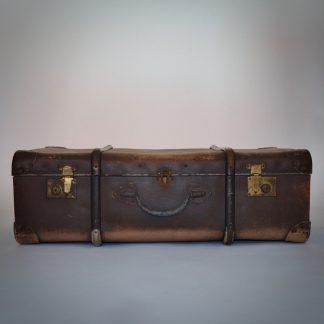 Stoere industriële koffer met roest op beslag