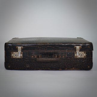 Oude reiskoffer met een verhaal en authentieke gebruikssporen
