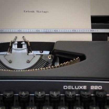 Zwarte vintage typemachine met beschermkoffer jaren 70